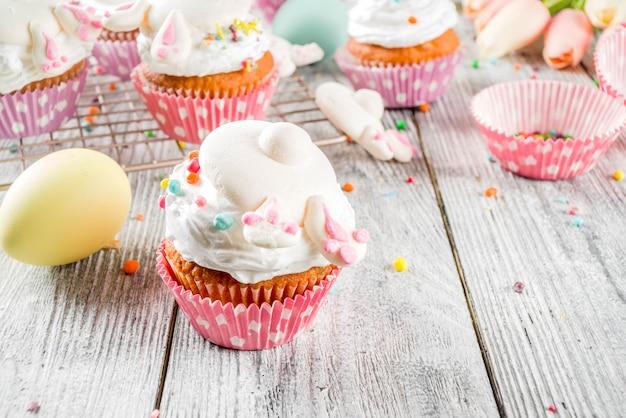 Oeufs de pâques et petits gâteaux de lapin
