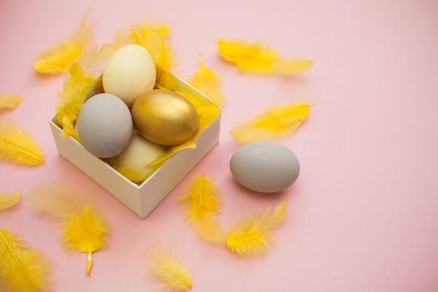 Oeufs de pâques, plat coloré avec copie espace pour le texte, carte de vacances de pâques