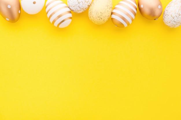 Oeufs de pâques à plat sur jaune