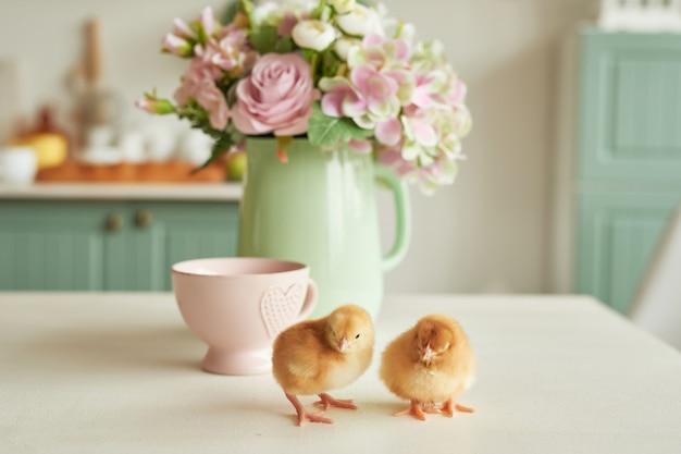 Oeufs de pâques et poulets avec des fleurs. concept de joyeuses pâques.