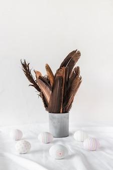 Oeufs de pâques, près, plumes noires, dans, can, sur, textile
