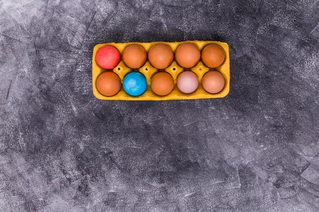 Oeufs de pâques en rack sur table grise