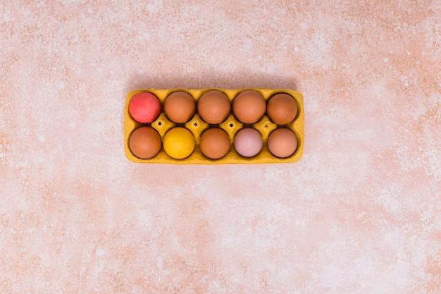 Oeufs de pâques en rack sur table