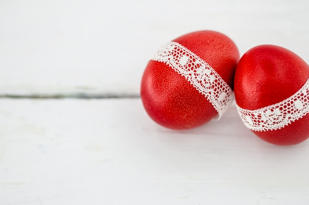 Oeufs de pâques rouges sur fond blanc
