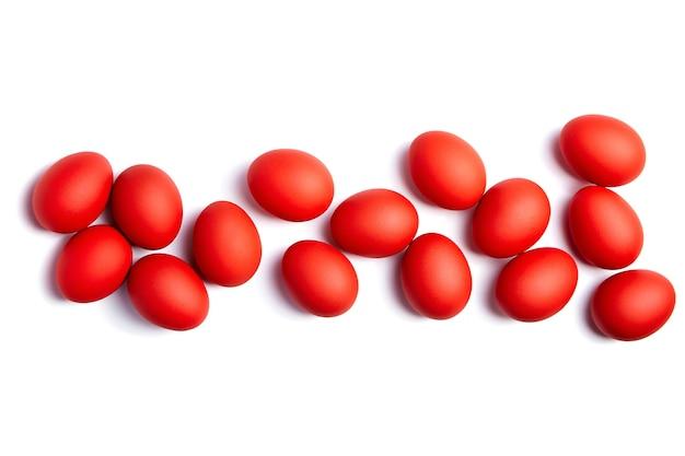 Oeufs de pâques rouges isolés