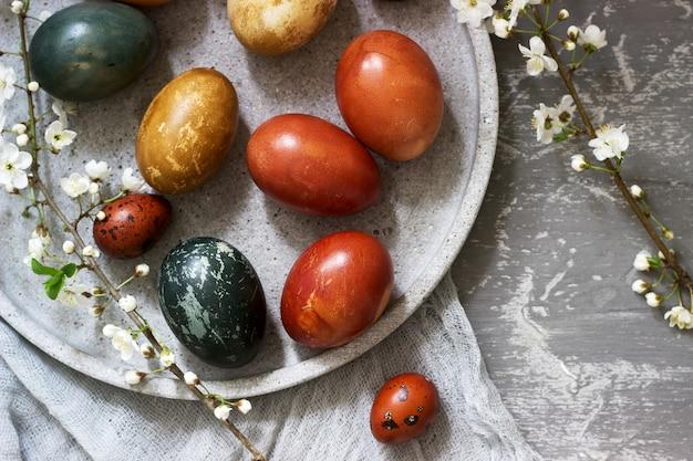 Oeufs de pâques teints avec des colorants naturels, du chou, de la camomille, de l'hibiscus et des pelures d'oignon.