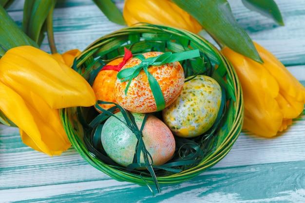 Oeufs de pâques avec tulipes