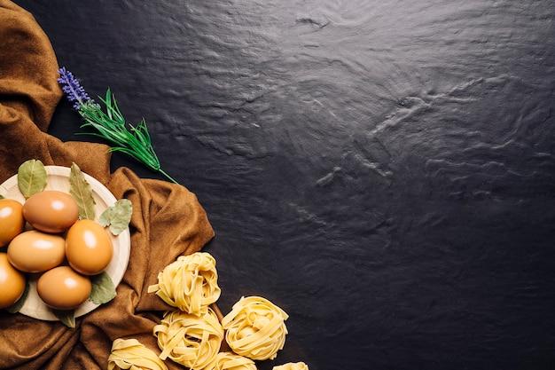 Oeufs, pâtes et espace sur le dessus