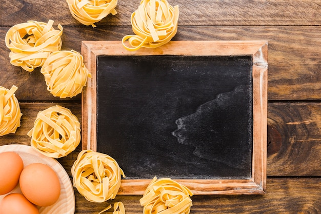 Oeufs et pâtes près du tableau