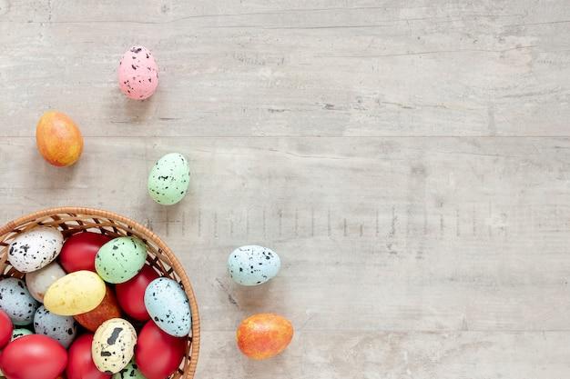 Oeufs peints colorés dans le panier