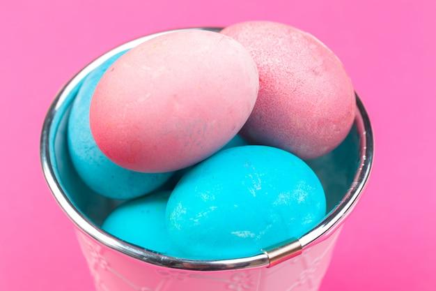 Oeufs peints colorés de pâques