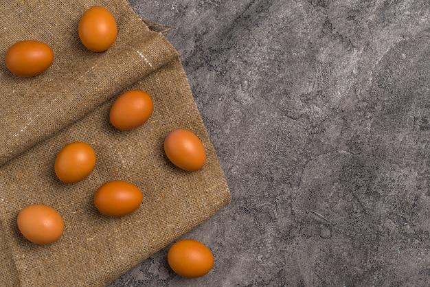 Œufs de poule bruns dispersés sur une toile
