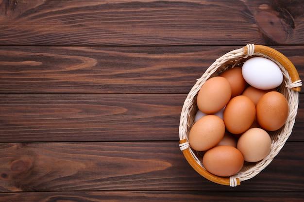 Œufs de poule dans un panier en bois brun