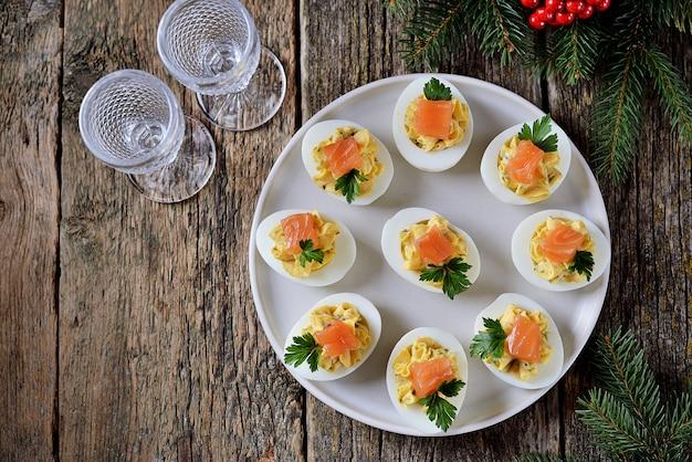 Œufs de poule farcis au fromage à pâte molle, câpres et saumon salé