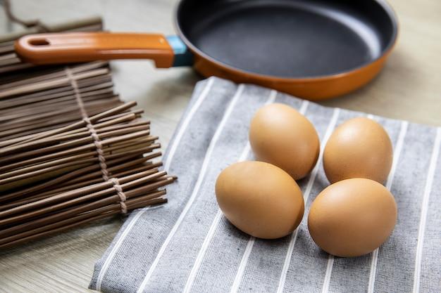 Des œufs de poule frais sont placés sur la table pour préparer les repas.