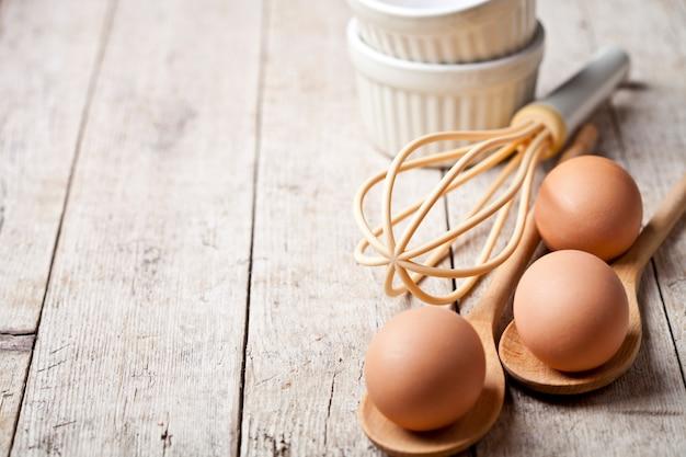 Œufs de poule frais et ustensiles de cuisine