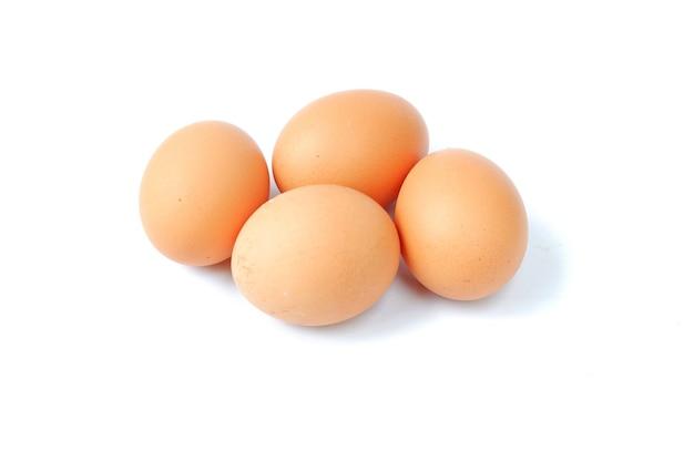 Oeufs de poule isolés sur blanc