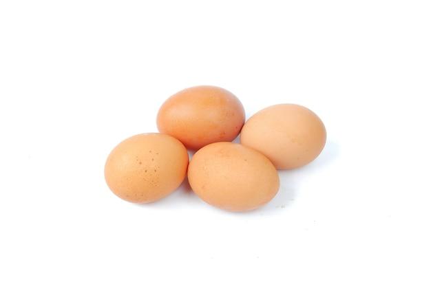 Oeufs de poule isolés sur fond blanc