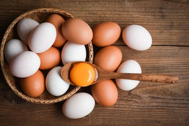 Œufs de poule et œufs de canard récoltés à la ferme / jaune d'oeuf cassé frais