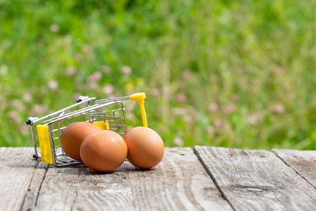 Des œufs de poule et un petit chariot renversé.