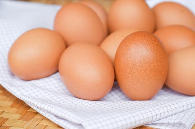 Les œufs de poule sont placés sur un tissu à carreaux blanc. concept alimentaire pour la perte de poids.