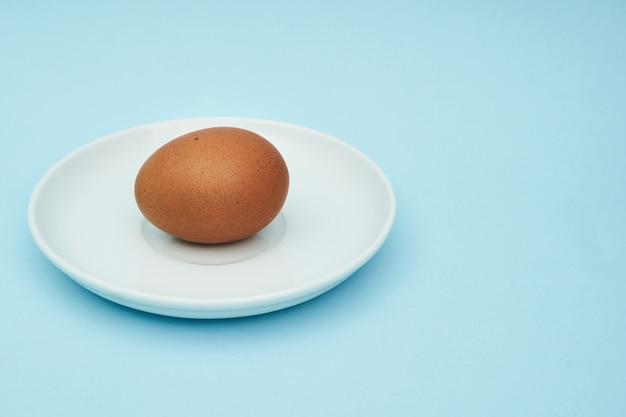 Oeufs de poule sur une soucoupe, une assiette. aliments, protéines dans les aliments.