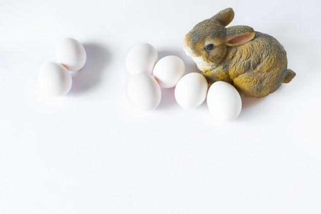 Œufs de poule et statuette de lapin, composition de pâques