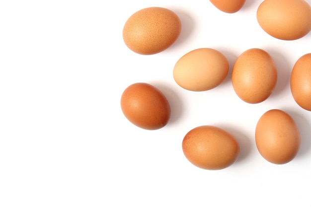 Oeufs de poule sur la table produits de la ferme oeufs naturels