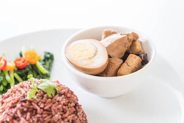 Oeufs et poulet en sauce marron au riz aux baies