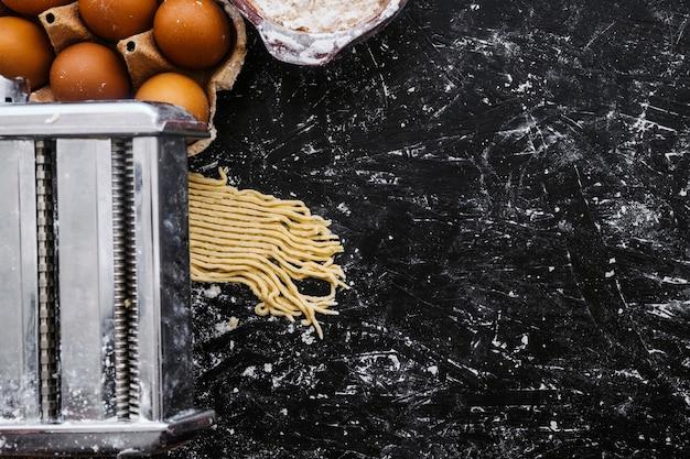 Oeufs près de la machine à pâtes