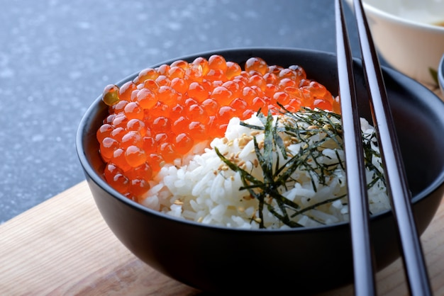 Œufs de saumon avec du riz.