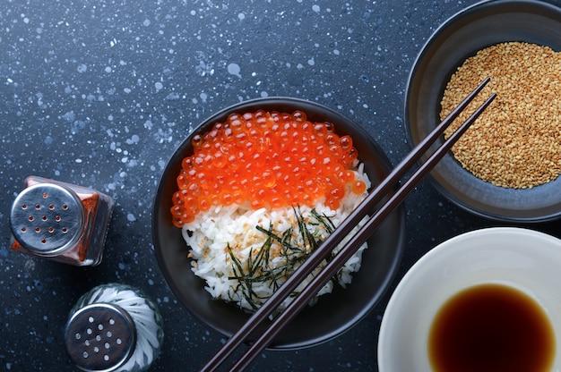 Oeufs de saumon avec du riz.