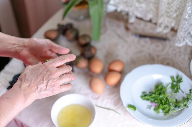 Les œufs sont préparés pour la peinture et la décoration de pâques