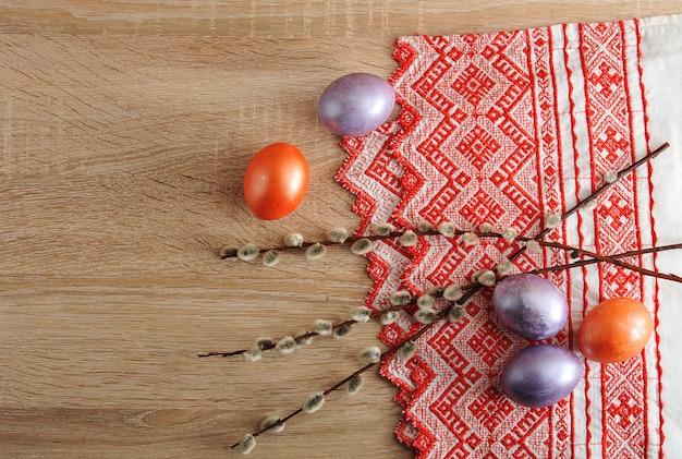 Œufs teints pour pâques de couleur rouge et perle
