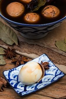Oeufs de thé chinois, cha ye dan, thé noir oeufs bouillis dans les épices
