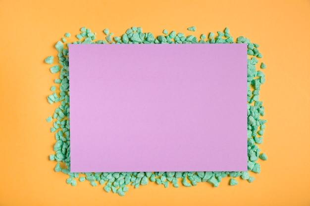 Oeuvre en papier coloré à la main sur table