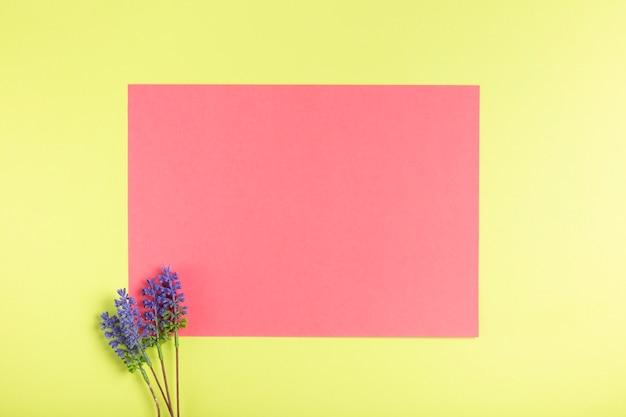 Oeuvre en papier vue de dessus sur la table