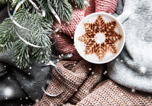 Ð¡offee avec un motif de flocon de neige sur une surface de chandail tricotée chaude