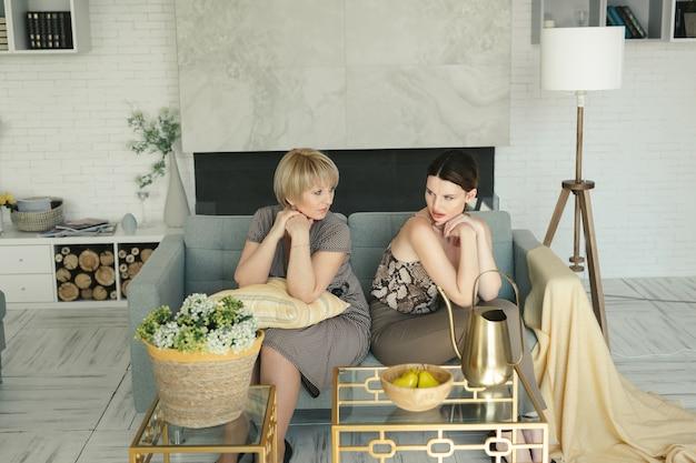 Offensé une mère âgée et sa fille assise sur le canapé après une querelle