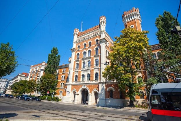 Office du gouvernement fédéral à vienne, palais en brique rouge.