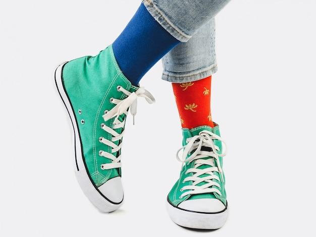 Office manager, baskets élégantes et chaussettes multicolores