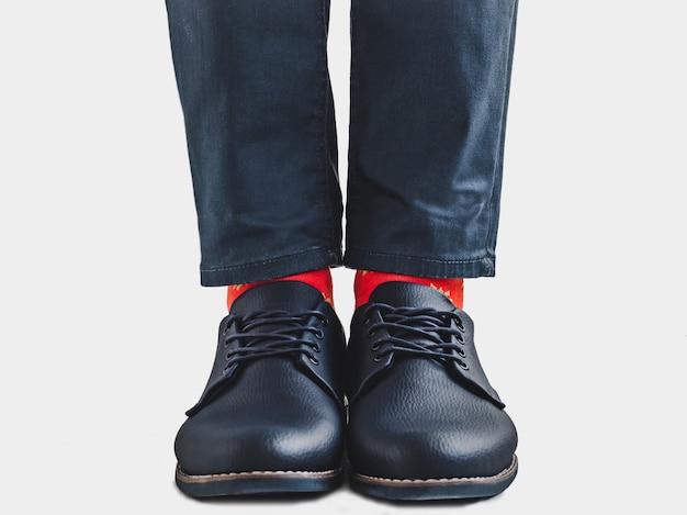 Office manager, chaussures élégantes et chaussettes lumineuses