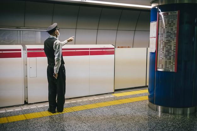 Officier masculin à la station de métro