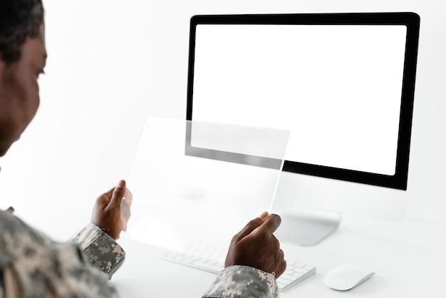 Officier militaire utilisant la technologie de l'armée de la tablette transparente