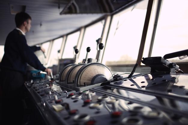 Officier de navigation conduisant le bateau sur la rivière.