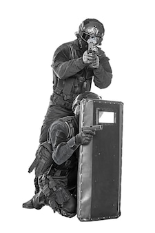 Officier swat avec bouclier balistique