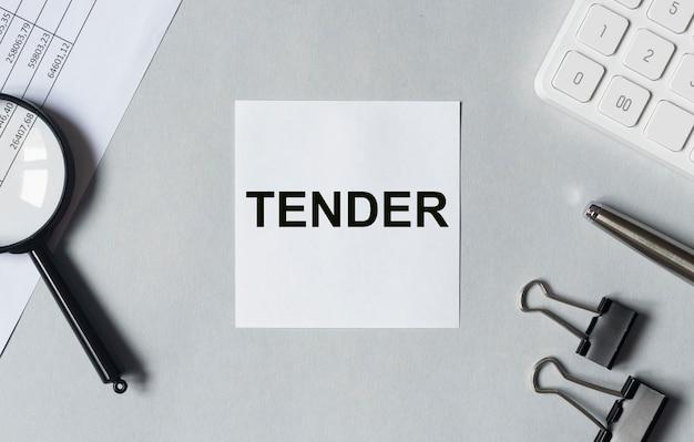 Offre de mot sur le bureau avec le concept d'entreprise stationnaire