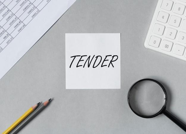 Offre de mot sur note papier sur la vue de dessus de table de bureau