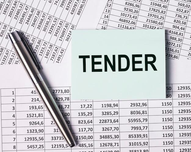Offre de texte sur papier sur la vue de dessus des documents financiers de l'entreprise