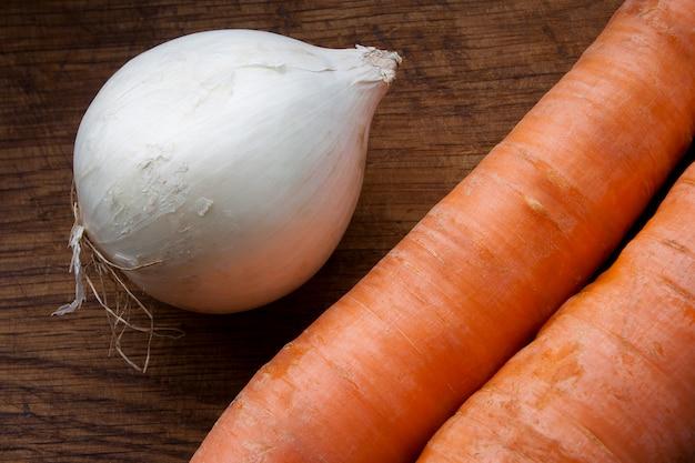 Oignon blanc et deux carottes